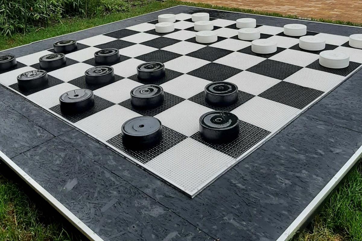 Большие напольные шашки в Бальнеологическом центре «Термы»